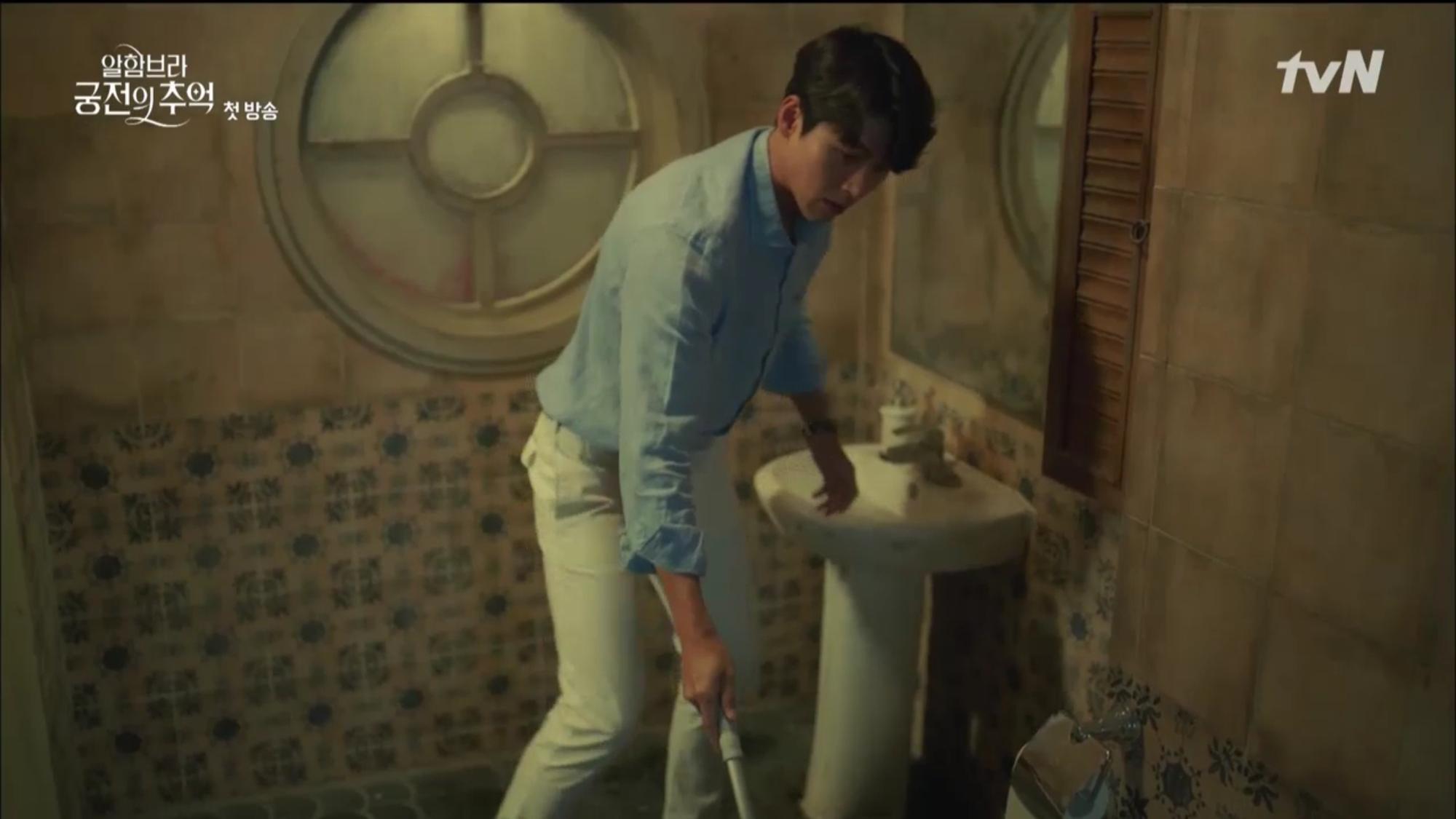 """Mới tập đầu """"Memories of the Alhambra"""", Hyun Bin đã bị Park Shin Hye """"hành"""" cho lên bờ xuống ruộng - Ảnh 11."""