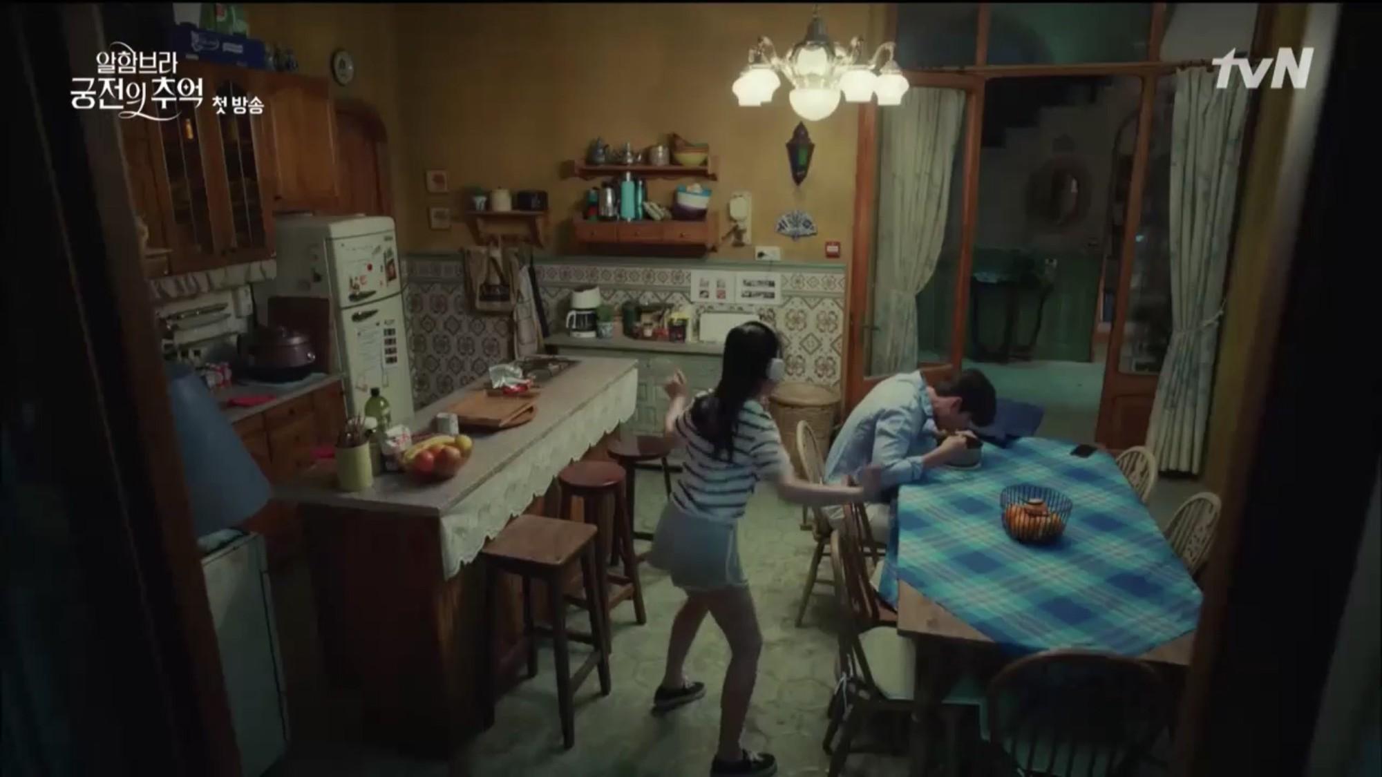 """Mới tập đầu """"Memories of the Alhambra"""", Hyun Bin đã bị Park Shin Hye """"hành"""" cho lên bờ xuống ruộng - Ảnh 15."""