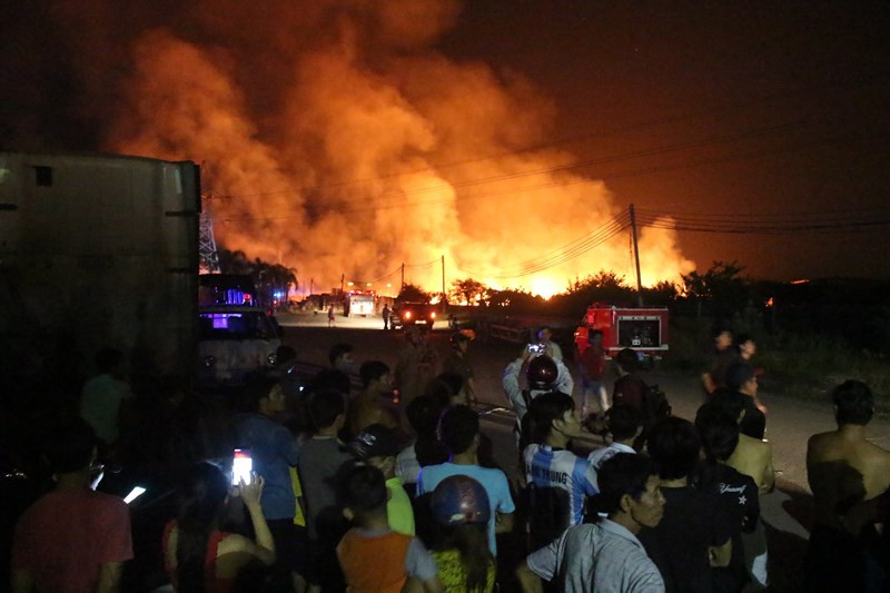 Cháy lớn ở thị xã Tân Uyên, Bình Dương - Ảnh 1.