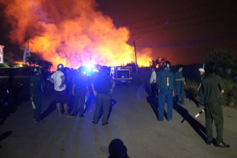Cháy lớn ở thị xã Tân Uyên, Bình Dương - Ảnh 2.
