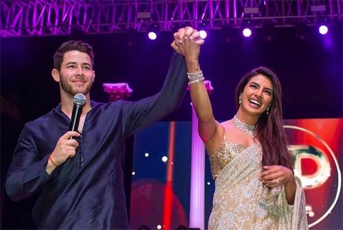 Gia đình Nick Jonas và Hoa hậu Thế giới ca hát, nhảy múa tưng bừng mừng đám cưới thế kỷ rình rang nhất 2018 - Ảnh 1.