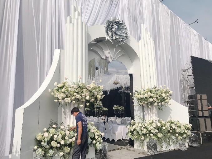 Siêu đám cưới ở Thái Nguyên trang trí hết 4 tỷ đồng với hơn 13.000 bông hoa tươi nhập khẩu thu hút nghìn người tới chụp ảnh - Ảnh 5.
