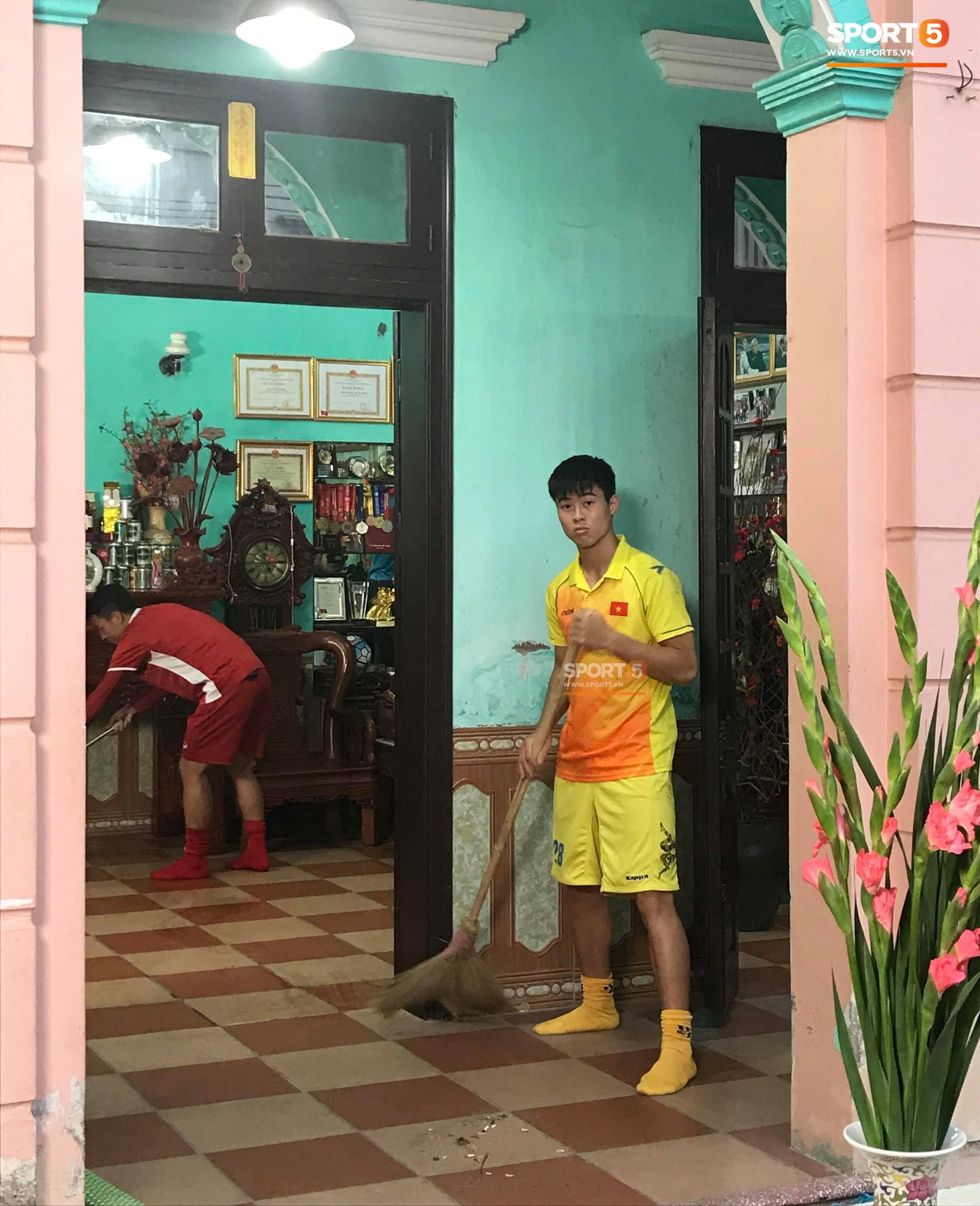 Tiến Dũng, Đình Trọng sang dọn nhà, gói bánh chưng cùng Duy Mạnh - Ảnh 2.