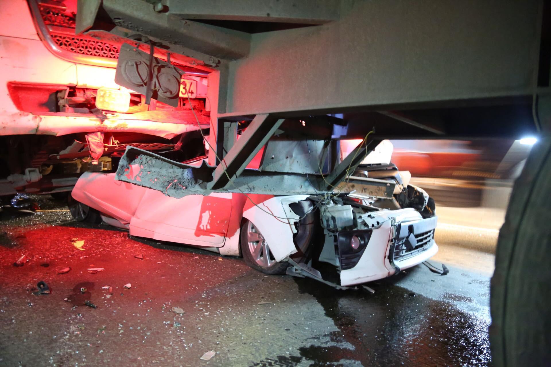 Tông xe liên hoàng trên cầu thần chết ở Sài Gòn, ô tô 4 chỗ bị đè bẹp giữa hai xe container - Ảnh 2.