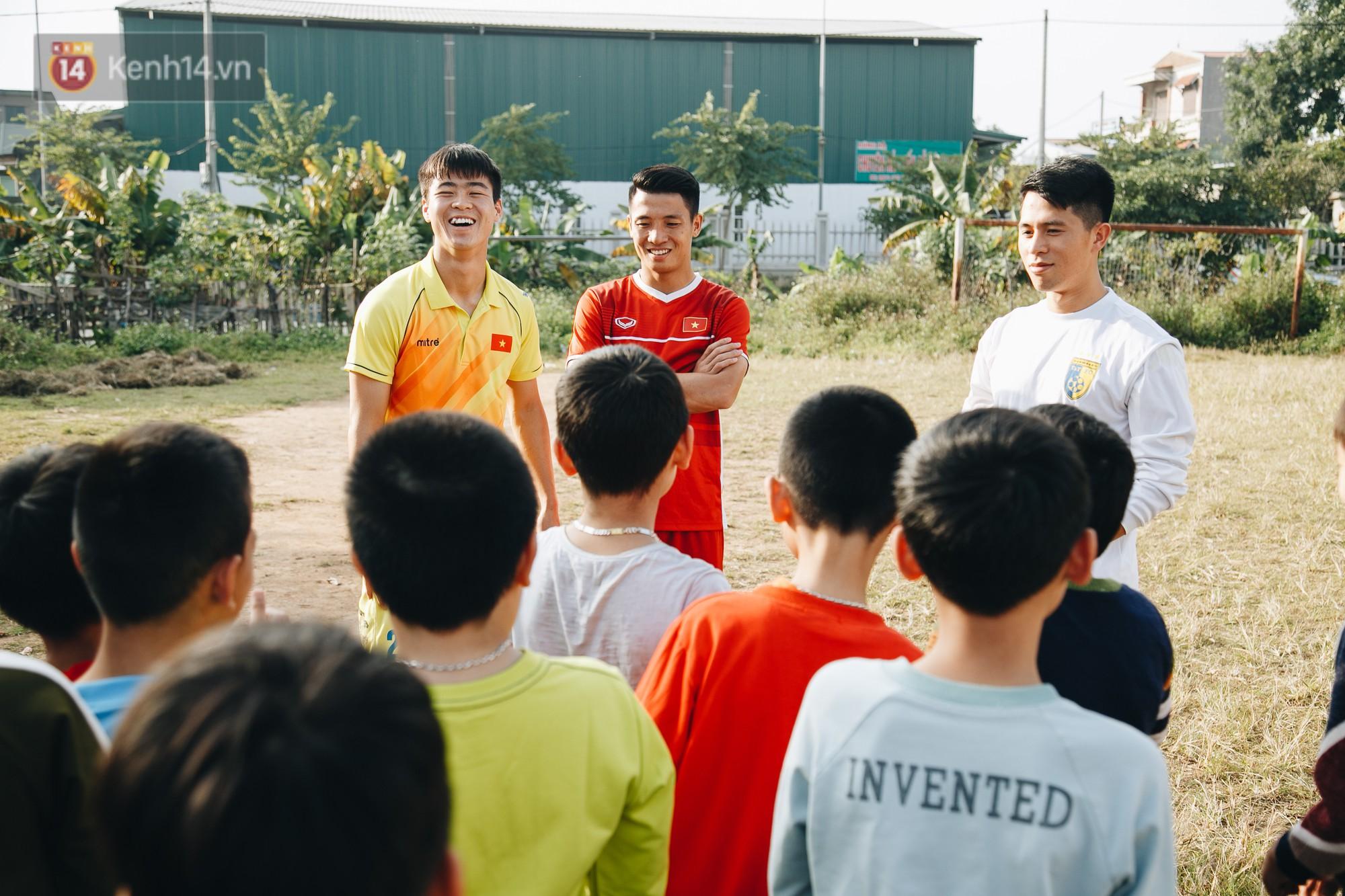 Trận đấu đỉnh cao giữa bộ 3 Duy Mạnh - Đình Trọng - Tiến Dũng với lũ trẻ: Chưa bao giờ thôn Giao Tác có cảm giác vỡ oà đến thế! - Ảnh 7.