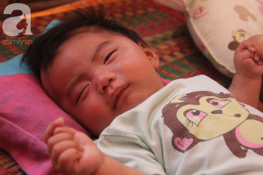 Lời khẩn cầu của người bố ôm con trai 9 tháng tuổi bệnh tật thì mẹ