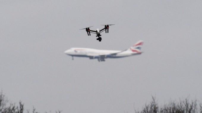 Sân bay lớn thứ hai nước Anh tê liệt vì drone lạ xâm nhập, 110.000 hành khách gặp rắc rối - Ảnh 1.