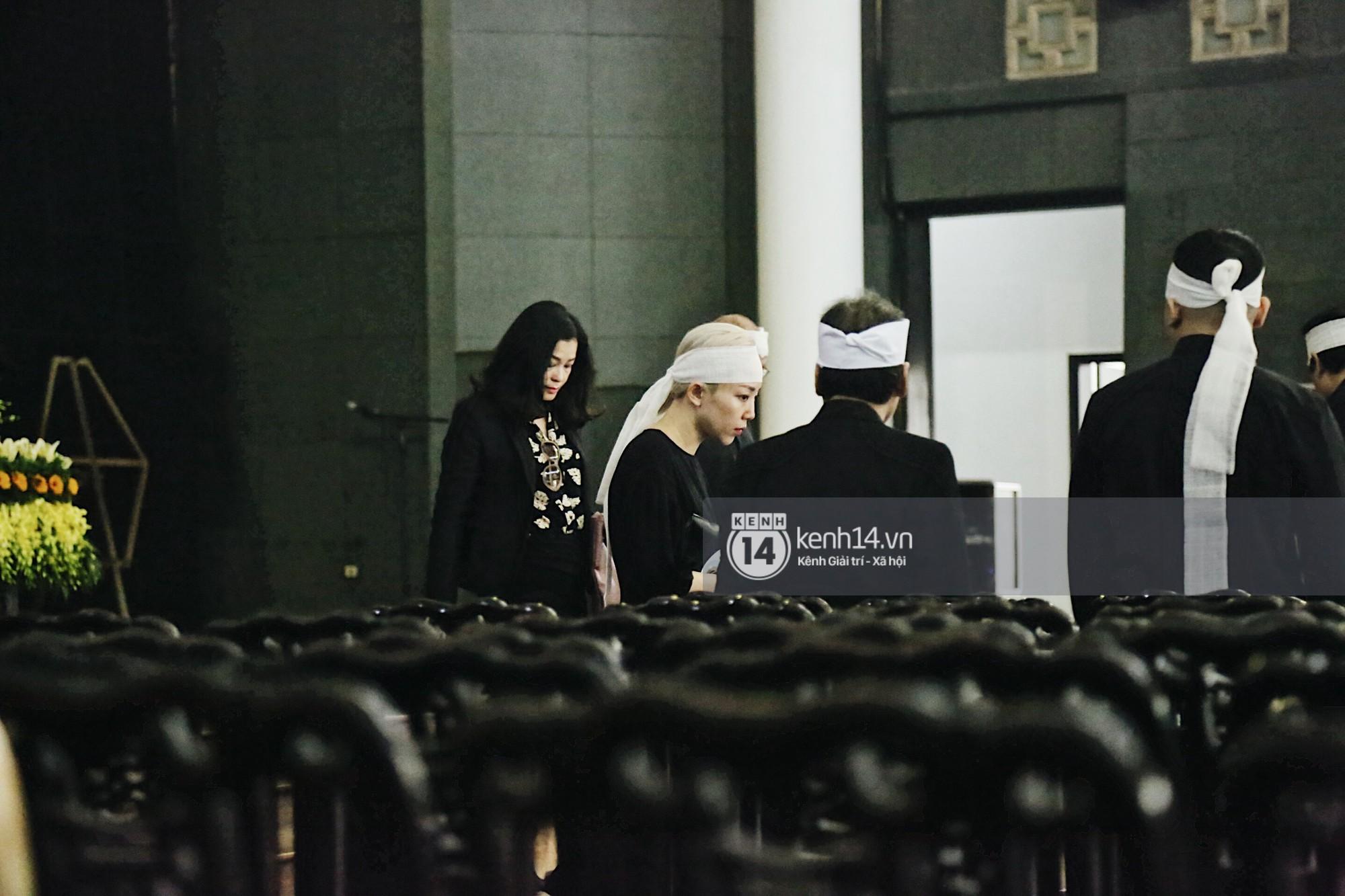 Tóc Tiên quấn khăn tang, đứng cùng gia đình tại tang lễ của mẹ Hoàng Touliver - Ảnh 2.