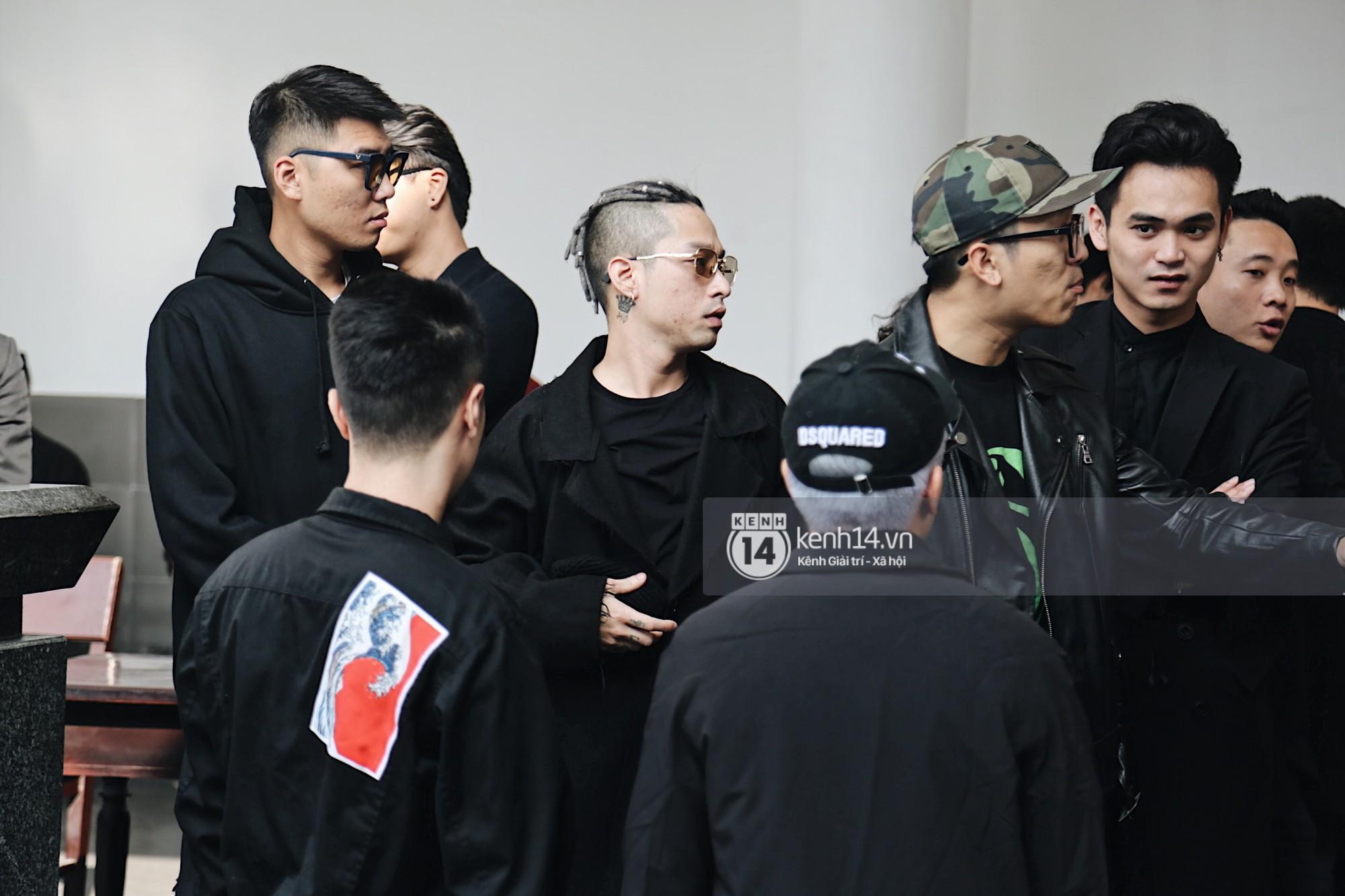 Tóc Tiên quấn khăn tang, đứng cùng gia đình tại tang lễ của mẹ Hoàng Touliver - Ảnh 8.
