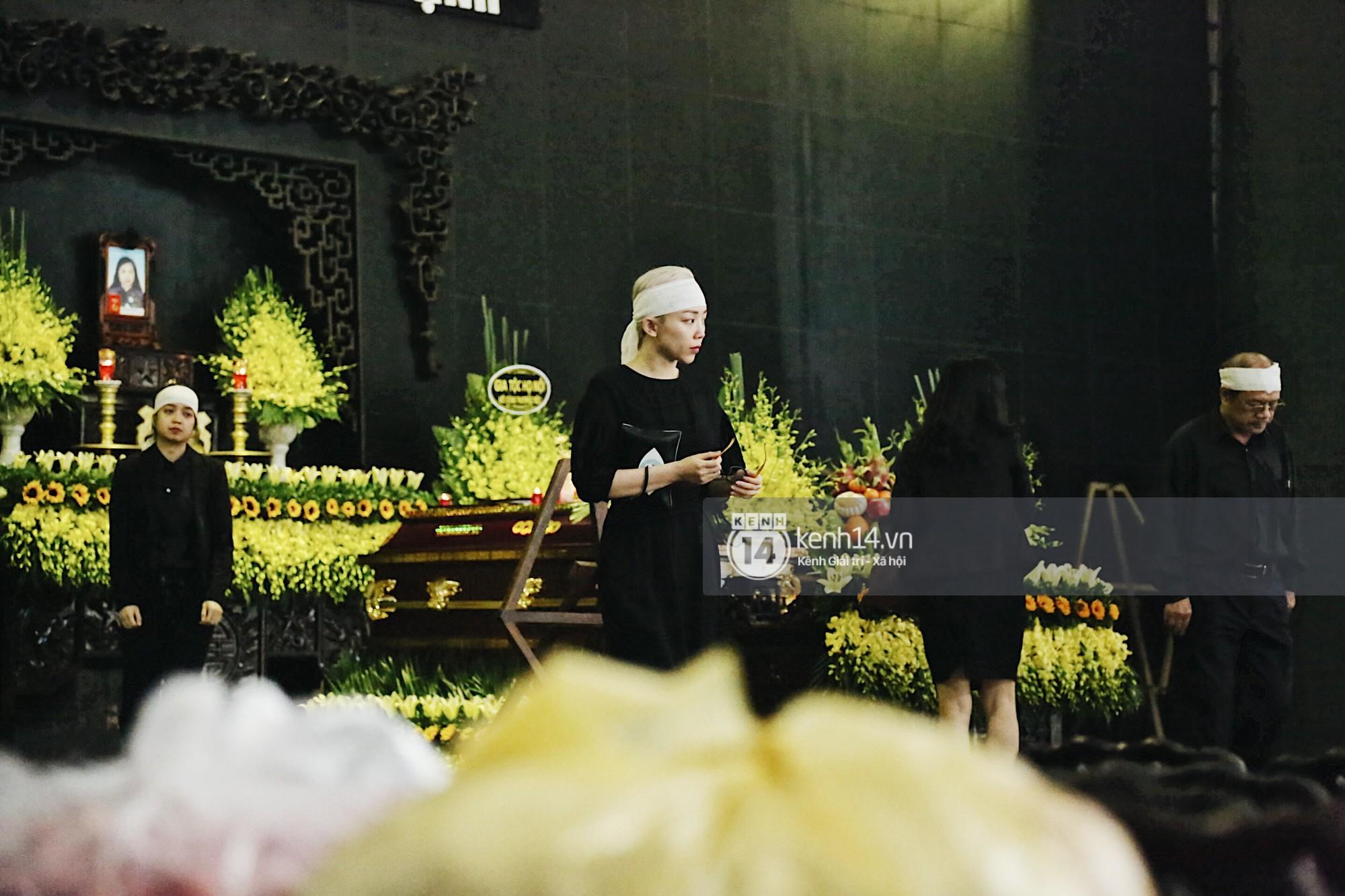 Tóc Tiên quấn khăn tang, đứng cùng gia đình tại tang lễ của mẹ Hoàng Touliver - Ảnh 3.