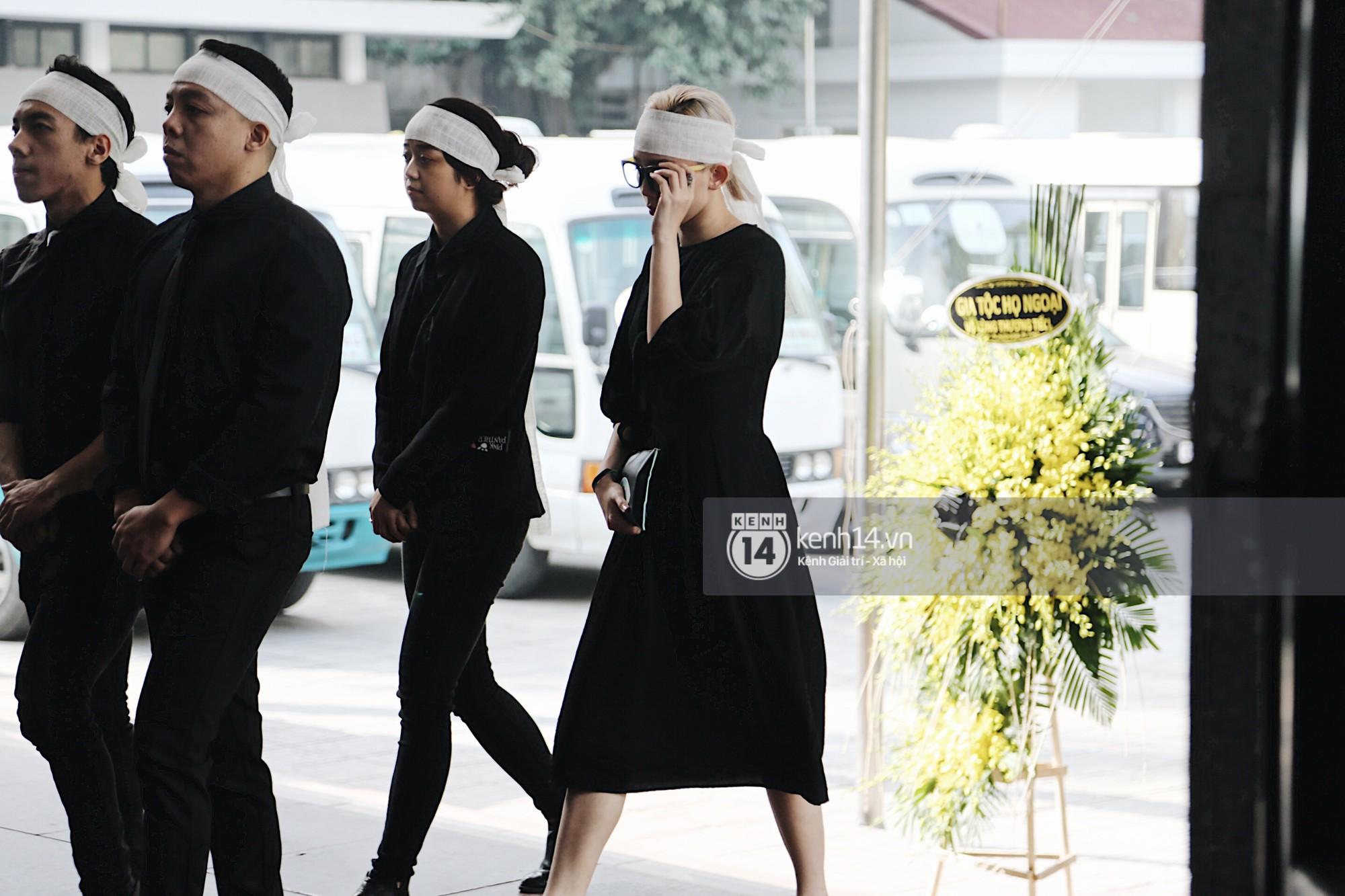 Tóc Tiên quấn khăn tang, đứng cùng gia đình tại tang lễ của mẹ Hoàng Touliver - Ảnh 1.