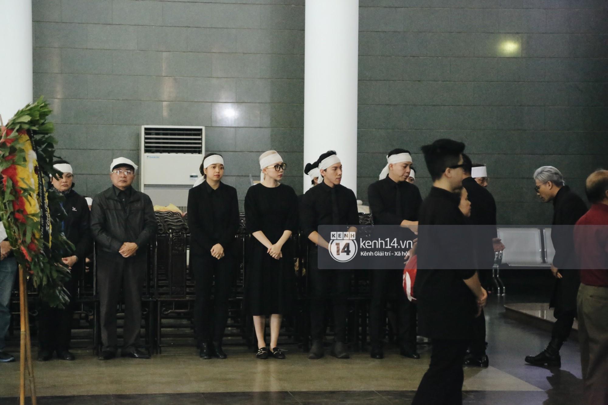 Tóc Tiên quấn khăn tang, đứng cùng gia đình tại tang lễ của mẹ Hoàng Touliver - Ảnh 5.