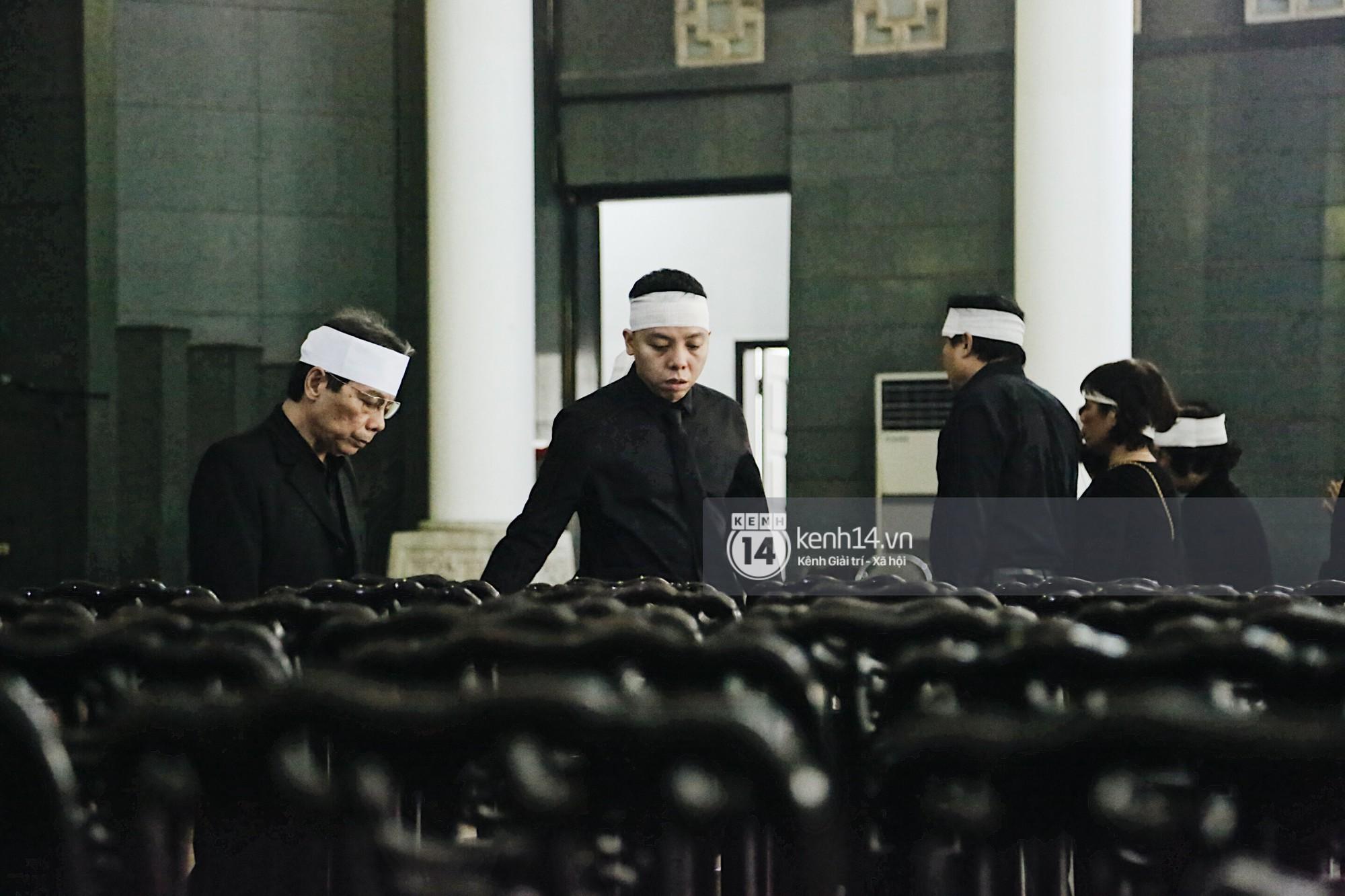 Tóc Tiên quấn khăn tang, đứng cùng gia đình tại tang lễ của mẹ Hoàng Touliver - Ảnh 4.