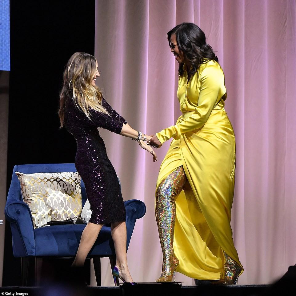Bộ váy hoàng kim và đôi boot ma thuật lấp lánh của bà Michelle Obama là tâm điểm MXH Mỹ lúc này - Ảnh 1.