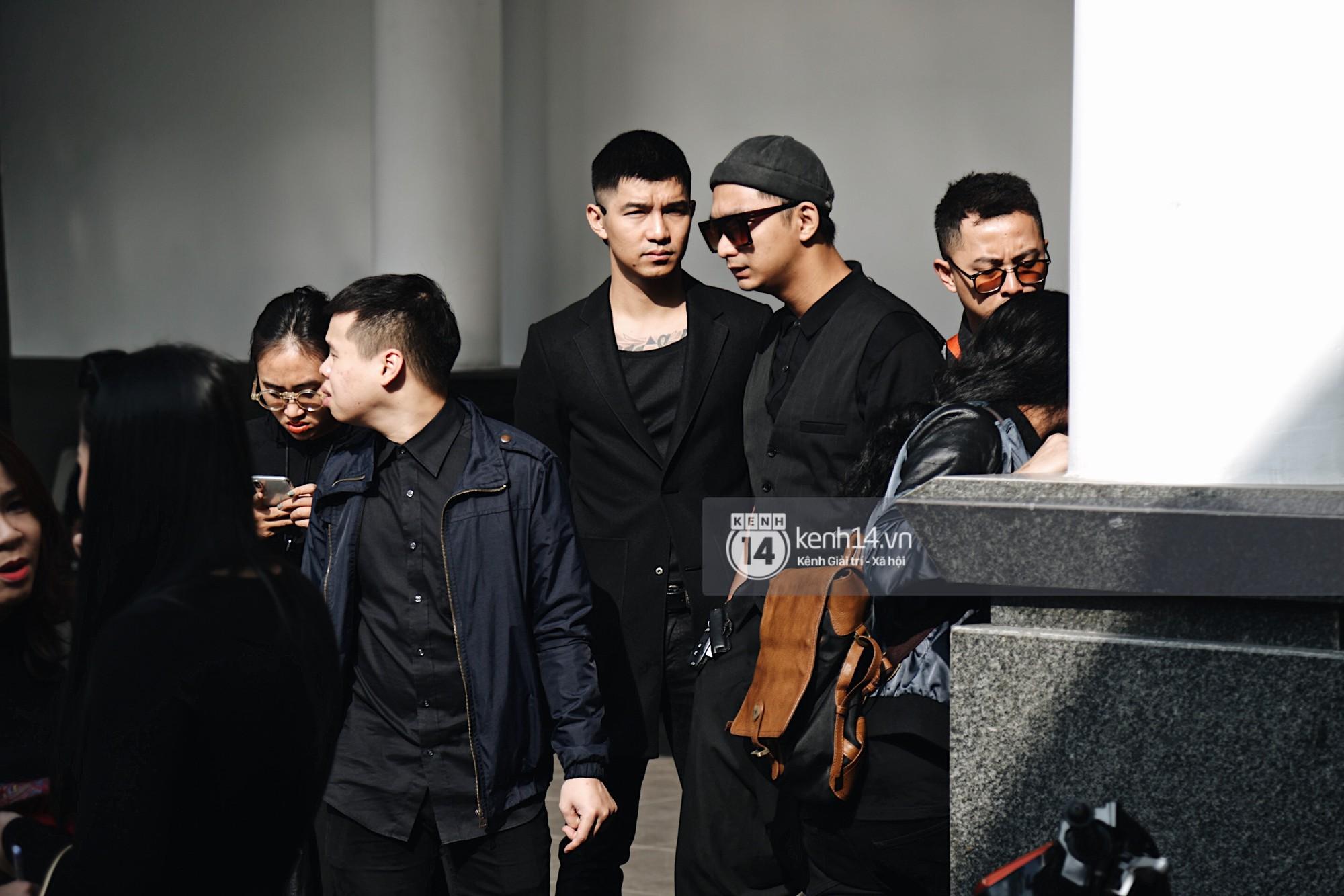 Tóc Tiên quấn khăn tang, đứng cùng gia đình tại tang lễ của mẹ Hoàng Touliver - Ảnh 7.