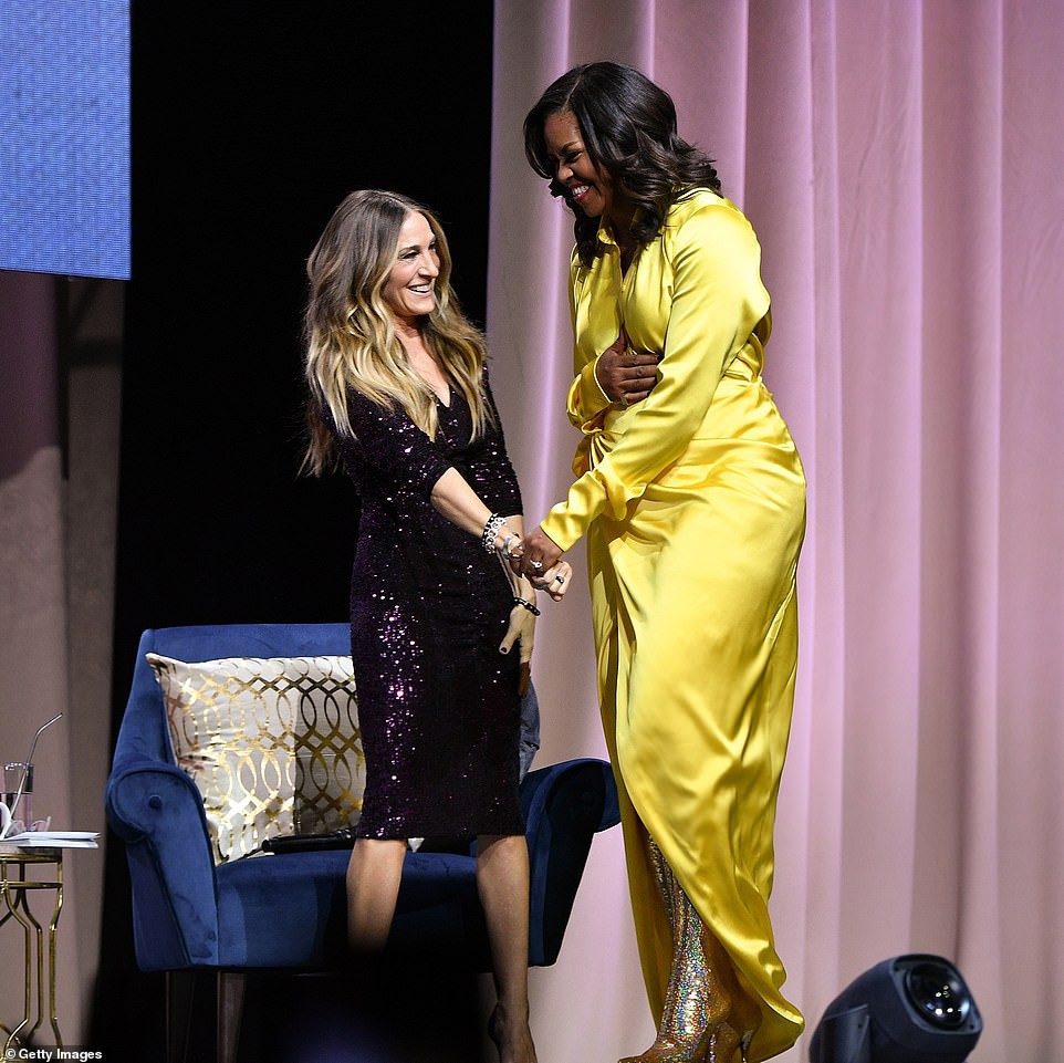 Bộ váy hoàng kim và đôi boot ma thuật lấp lánh của bà Michelle Obama là tâm điểm MXH Mỹ lúc này - Ảnh 4.