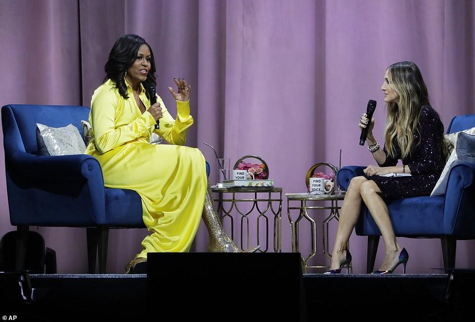 Bộ váy hoàng kim và đôi boot ma thuật lấp lánh của bà Michelle Obama là tâm điểm MXH Mỹ lúc này - Ảnh 7.