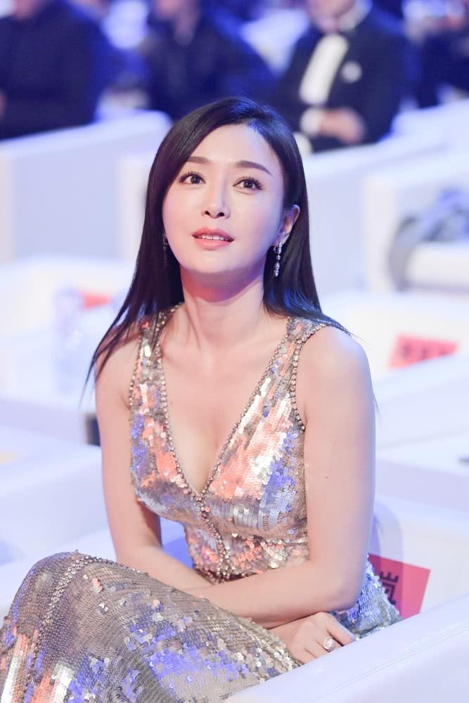 Hoàng hậu Tần Lam gây sốt với vòng một nóng bỏng cùng nhan sắc thời kỳ đỉnh cao - Ảnh 3.