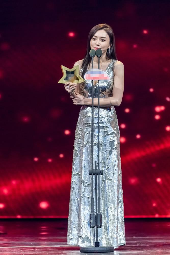 Hoàng hậu Tần Lam gây sốt với vòng một nóng bỏng cùng nhan sắc thời kỳ đỉnh cao - Ảnh 2.