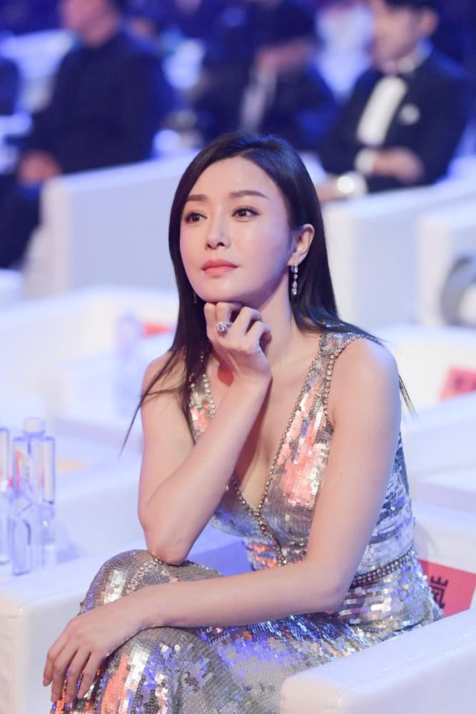 Hoàng hậu Tần Lam gây sốt với vòng một nóng bỏng cùng nhan sắc thời kỳ đỉnh cao - Ảnh 1.