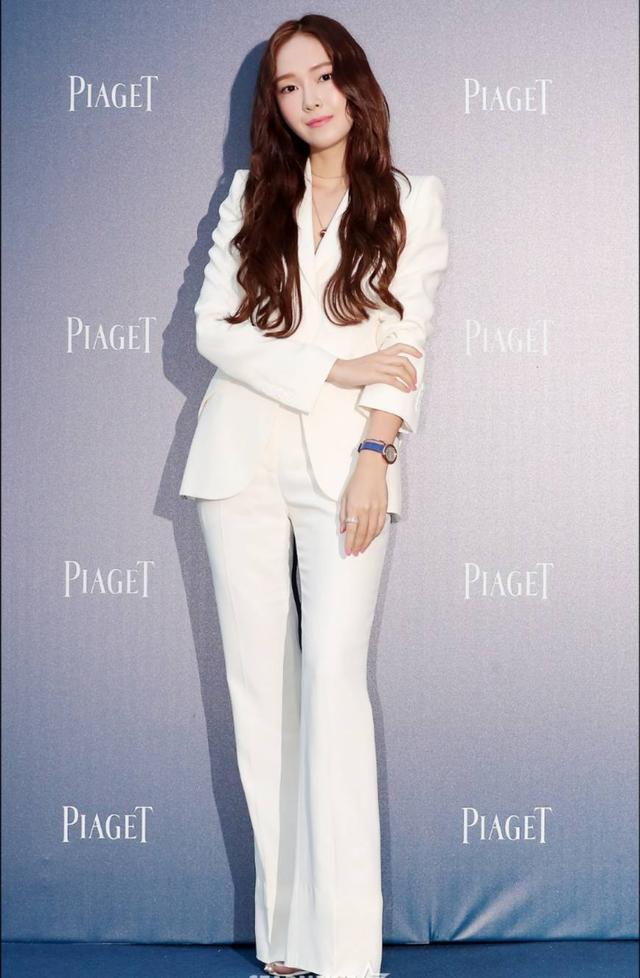 """Chỉ là blazer trắng mà có cả chục cách mix khác biệt, Jessica Jung quả xứng danh """"cao thủ mặc đẹp"""" - Ảnh 2."""