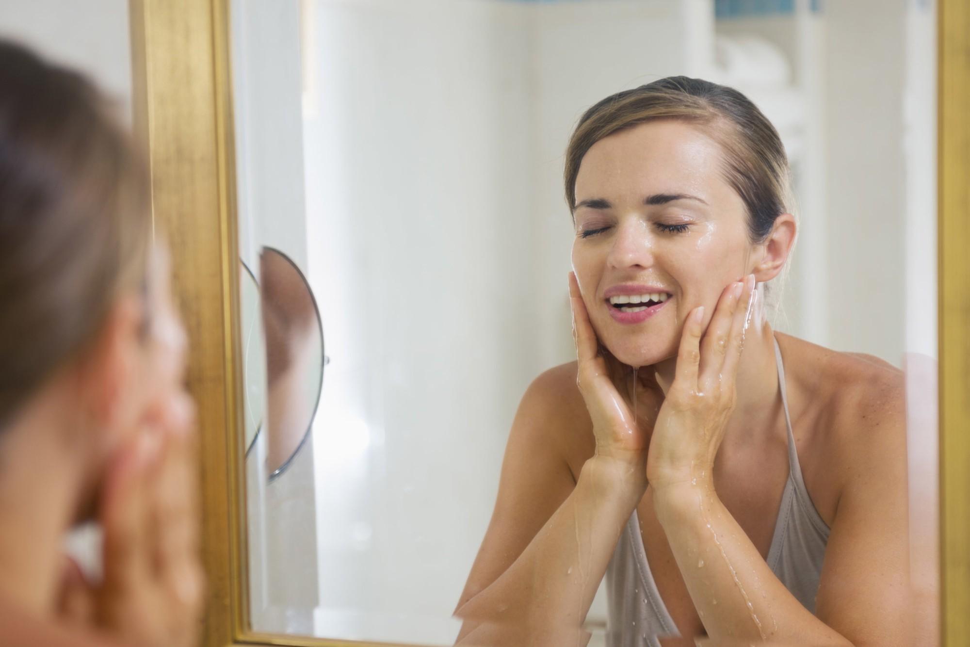 Cứ lặp lại những thói quen này khi rửa mặt chỉ khiến làn da ngày càng khô xỉn, thiếu sức sống - Ảnh 2.
