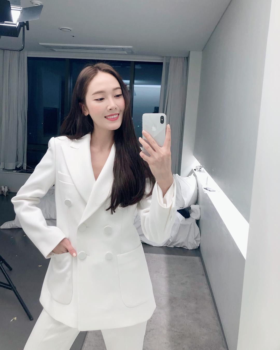 """Chỉ là blazer trắng mà có cả chục cách mix khác biệt, Jessica Jung quả xứng danh """"cao thủ mặc đẹp"""" - Ảnh 1."""