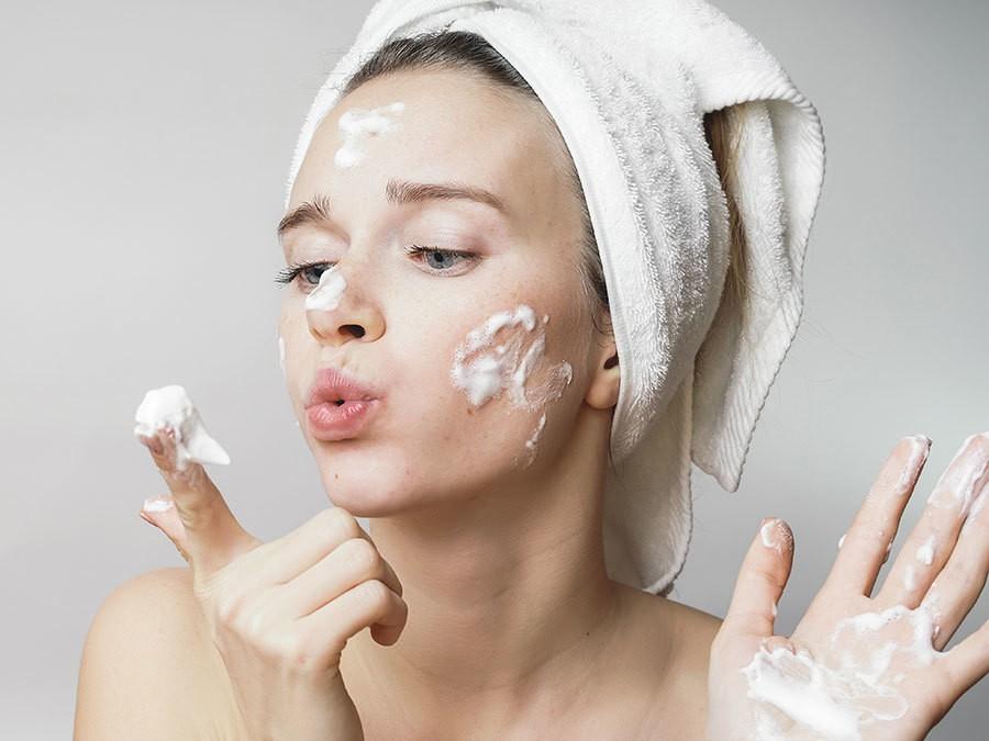 Cứ lặp lại những thói quen này khi rửa mặt chỉ khiến làn da ngày càng khô xỉn, thiếu sức sống - Ảnh 3.