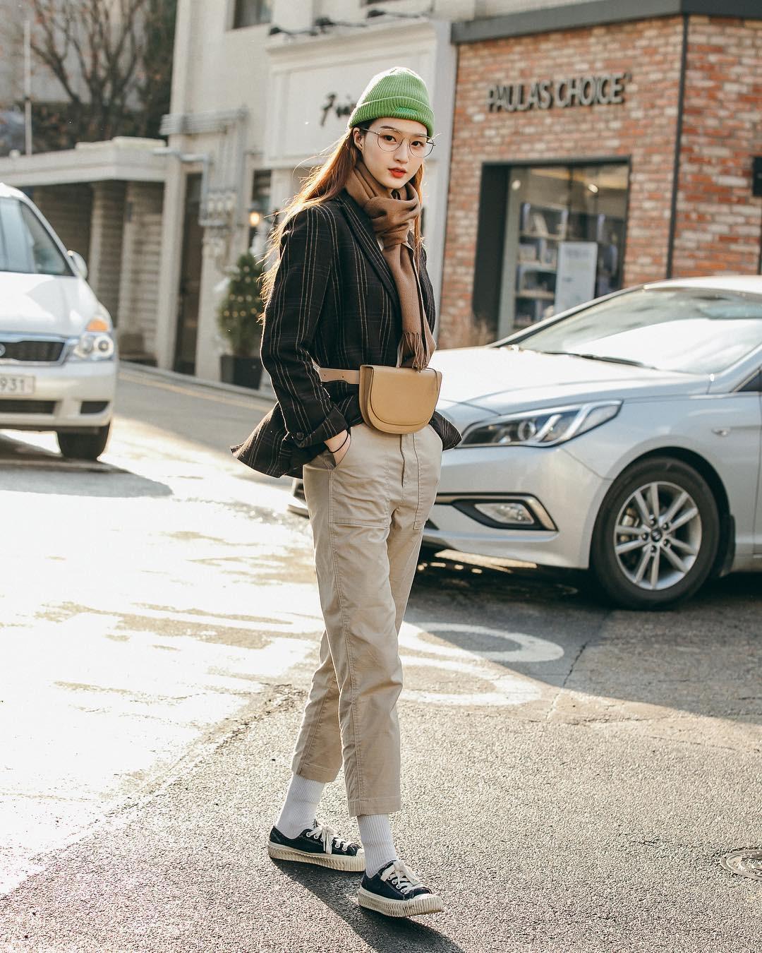 Nếu đã chán cách ăn mặc basic, bạn hãy xem ngay street style không đụng hàng mà lại dễ áp dụng của Hàn - Ảnh 1.