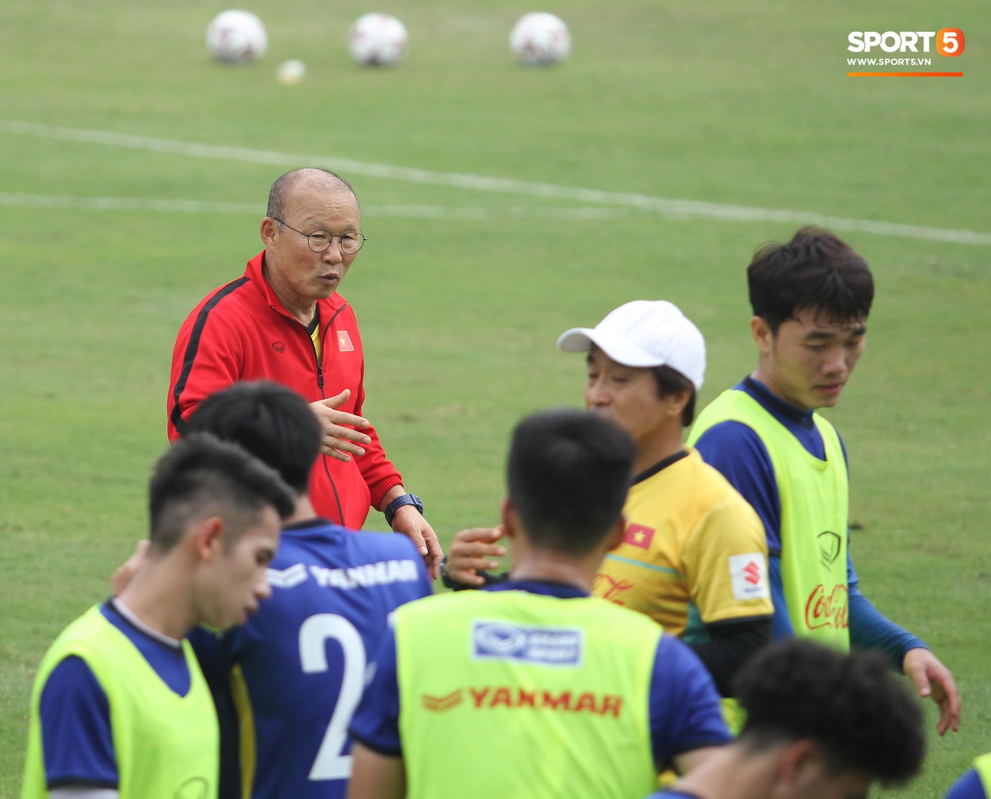 Xuân Trường nỗ lực không ngừng trong buổi tập đầu tiên hướng tới Asian Cup 2019 - Ảnh 4.