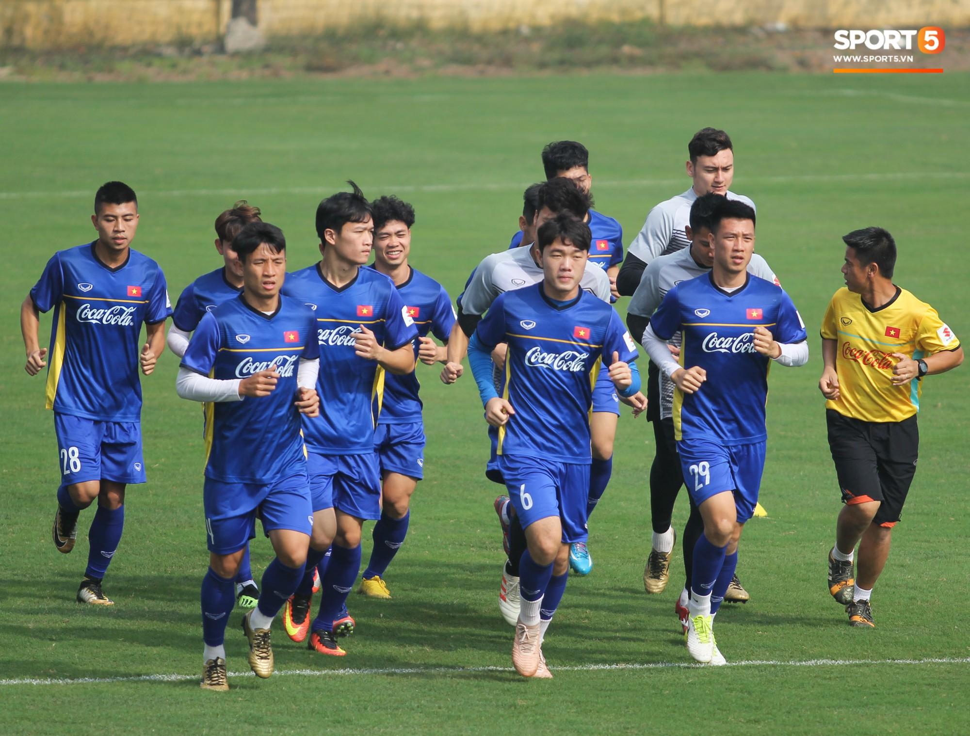 Xuân Trường nỗ lực không ngừng trong buổi tập đầu tiên hướng tới Asian Cup 2019 - Ảnh 1.