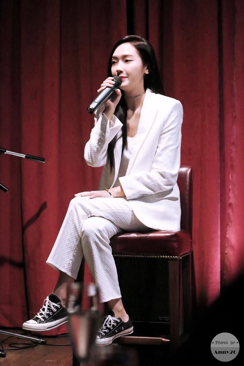 """Chỉ là blazer trắng mà có cả chục cách mix khác biệt, Jessica Jung quả xứng danh """"cao thủ mặc đẹp"""" - Ảnh 3."""