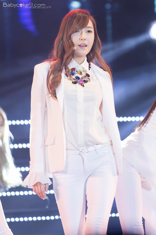 """Chỉ là blazer trắng mà có cả chục cách mix khác biệt, Jessica Jung quả xứng danh """"cao thủ mặc đẹp"""" - Ảnh 9."""