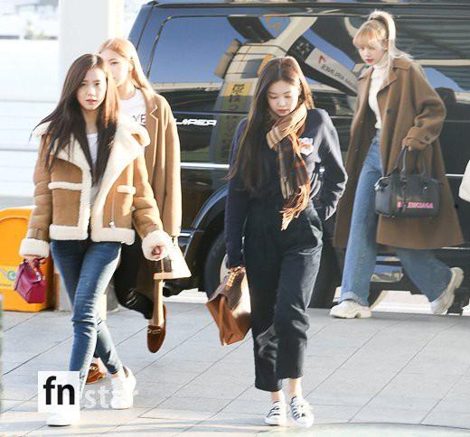 Hội quý tộc Black Pink lại gây náo loạn sân bay: Jennie sang chảnh, Jisoo quá đẹp nhưng nổi nhất là thành viên này - Ảnh 1.