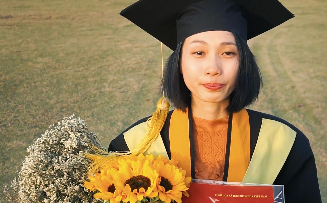 Cô gái ung thư 22 tuổi từng diễn vai về chính cuộc đời mình bật khóc ngày nhận bằng tốt nghiệp: Ước mơ của mình đã thành hiện thực rồi - Ảnh 2.
