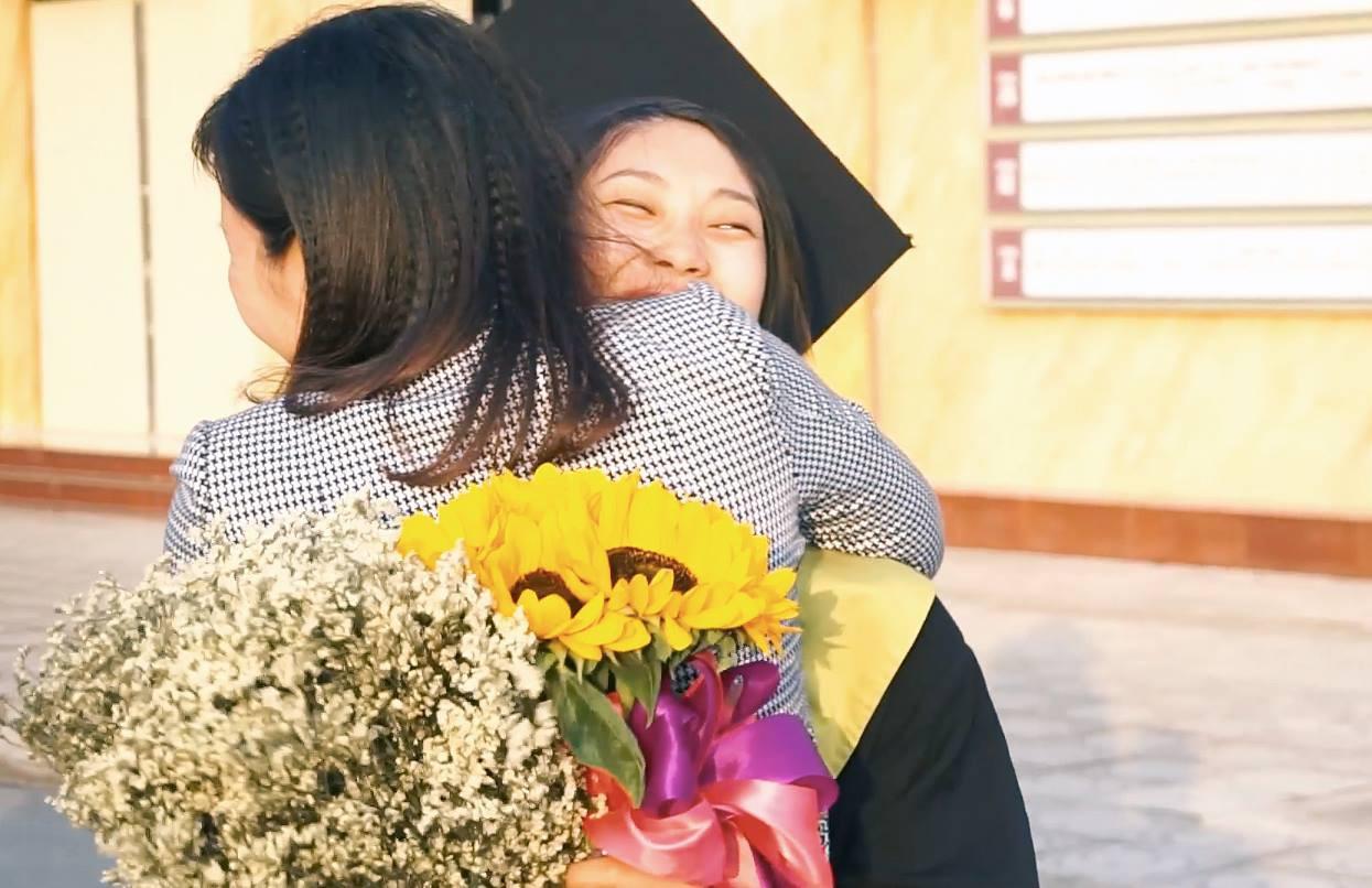 Cô gái ung thư 22 tuổi từng diễn vai về chính cuộc đời mình bật khóc ngày nhận bằng tốt nghiệp: Ước mơ của mình đã thành hiện thực rồi - Ảnh 4.