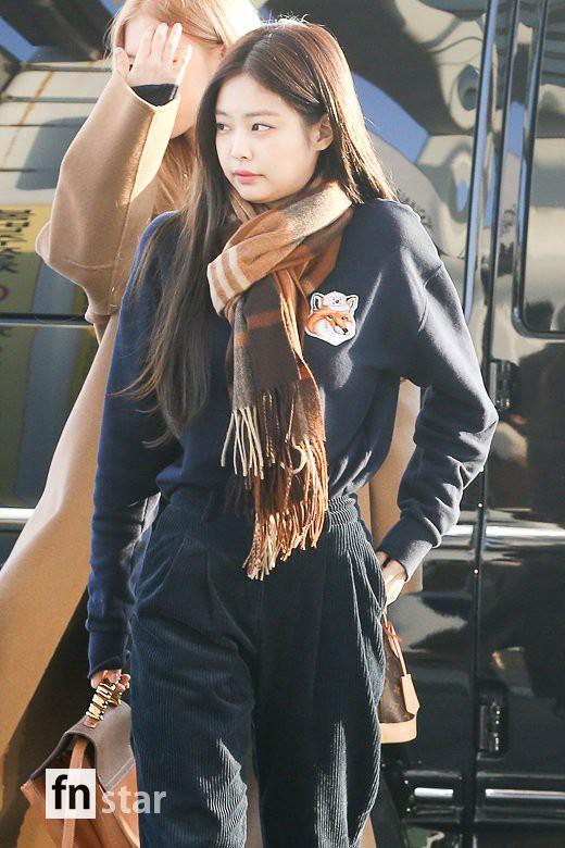 Hội quý tộc Black Pink lại gây náo loạn sân bay: Jennie sang chảnh, Jisoo quá đẹp nhưng nổi nhất là thành viên này - Ảnh 3.