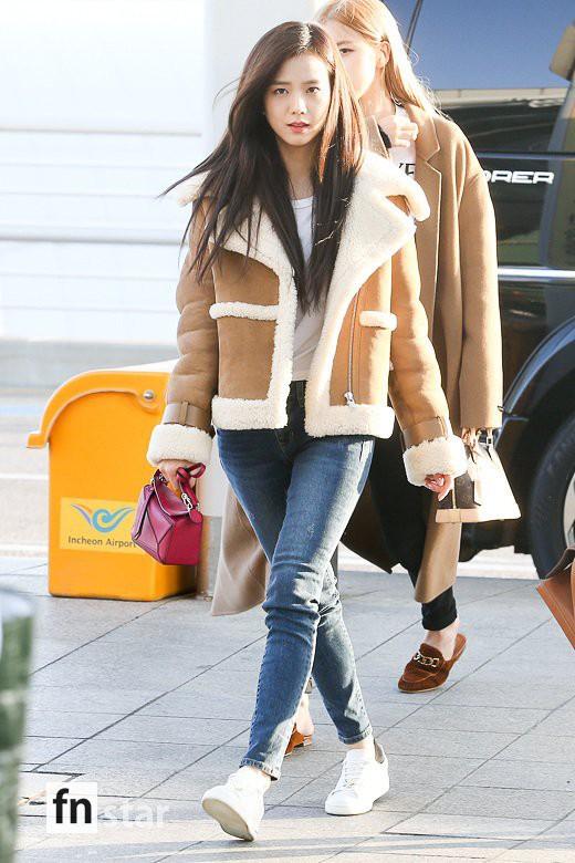 Hội quý tộc Black Pink lại gây náo loạn sân bay: Jennie sang chảnh, Jisoo quá đẹp nhưng nổi nhất là thành viên này - Ảnh 4.
