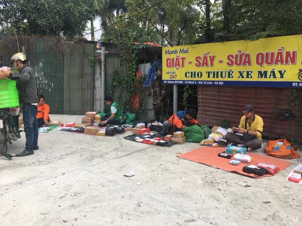 Trường cấm sinh viên mang điện thoại, các anh shipper đành bày hàng như bán rong trước cổng đợi - Ảnh 1.