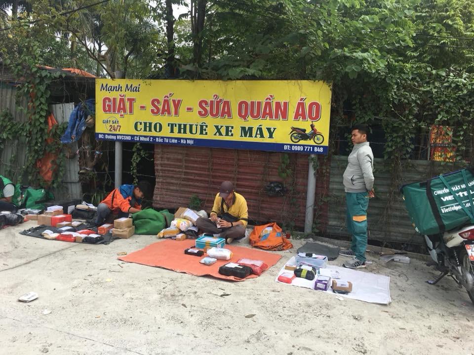 Trường cấm sinh viên mang điện thoại, các anh shipper đành bày hàng như bán rong trước cổng đợi - Ảnh 2.