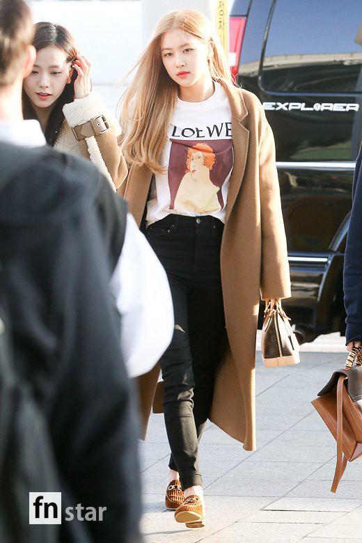 Hội quý tộc Black Pink lại gây náo loạn sân bay: Jennie sang chảnh, Jisoo quá đẹp nhưng nổi nhất là thành viên này - Ảnh 7.
