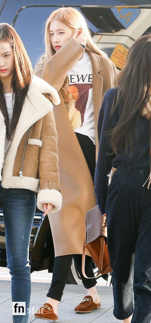 Hội quý tộc Black Pink lại gây náo loạn sân bay: Jennie sang chảnh, Jisoo quá đẹp nhưng nổi nhất là thành viên này - Ảnh 8.