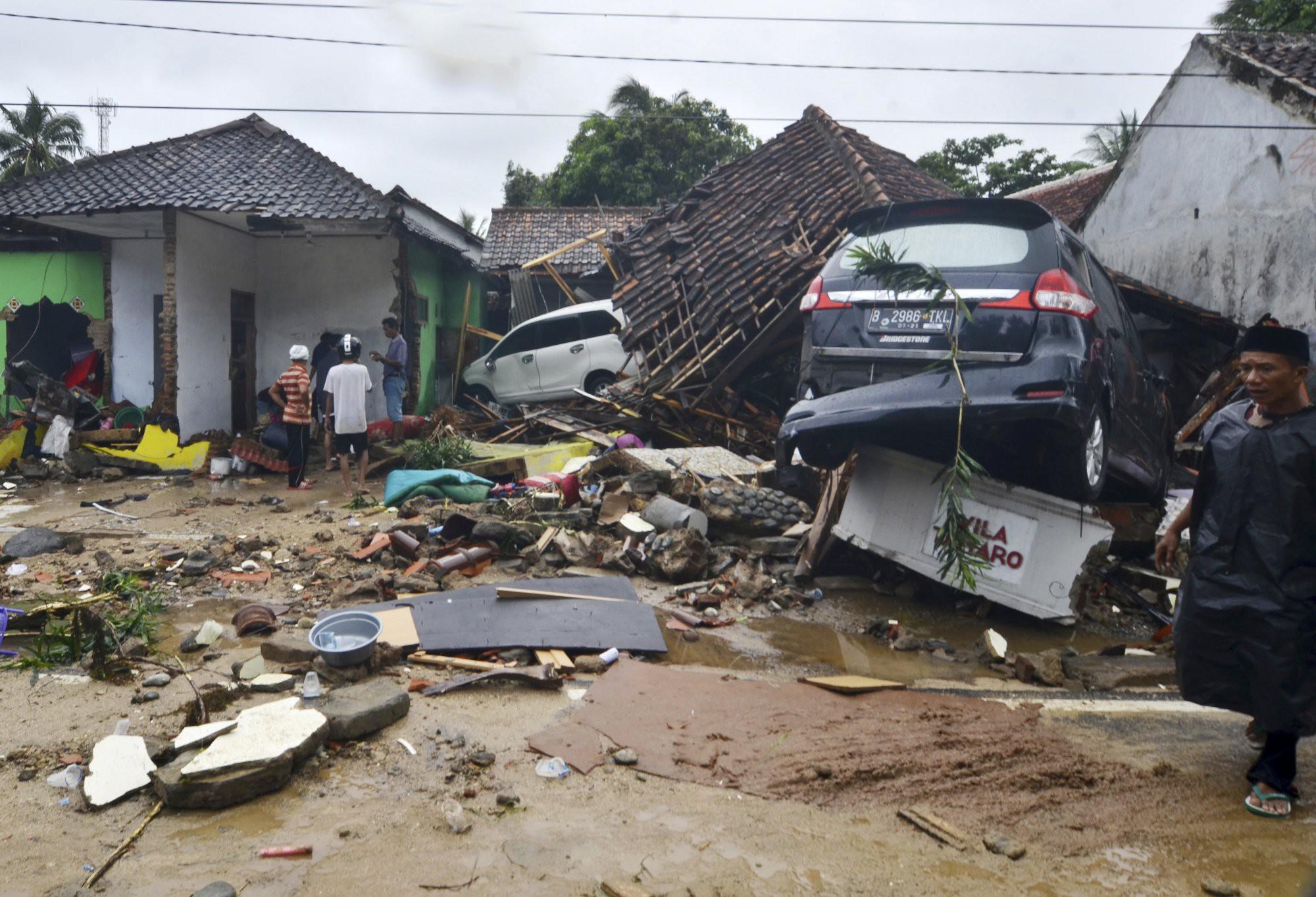 Indonesia một ngày chìm trong đau thương và nước mắt: Người dân đau đáu đi tìm người thân thích - Ảnh 6.