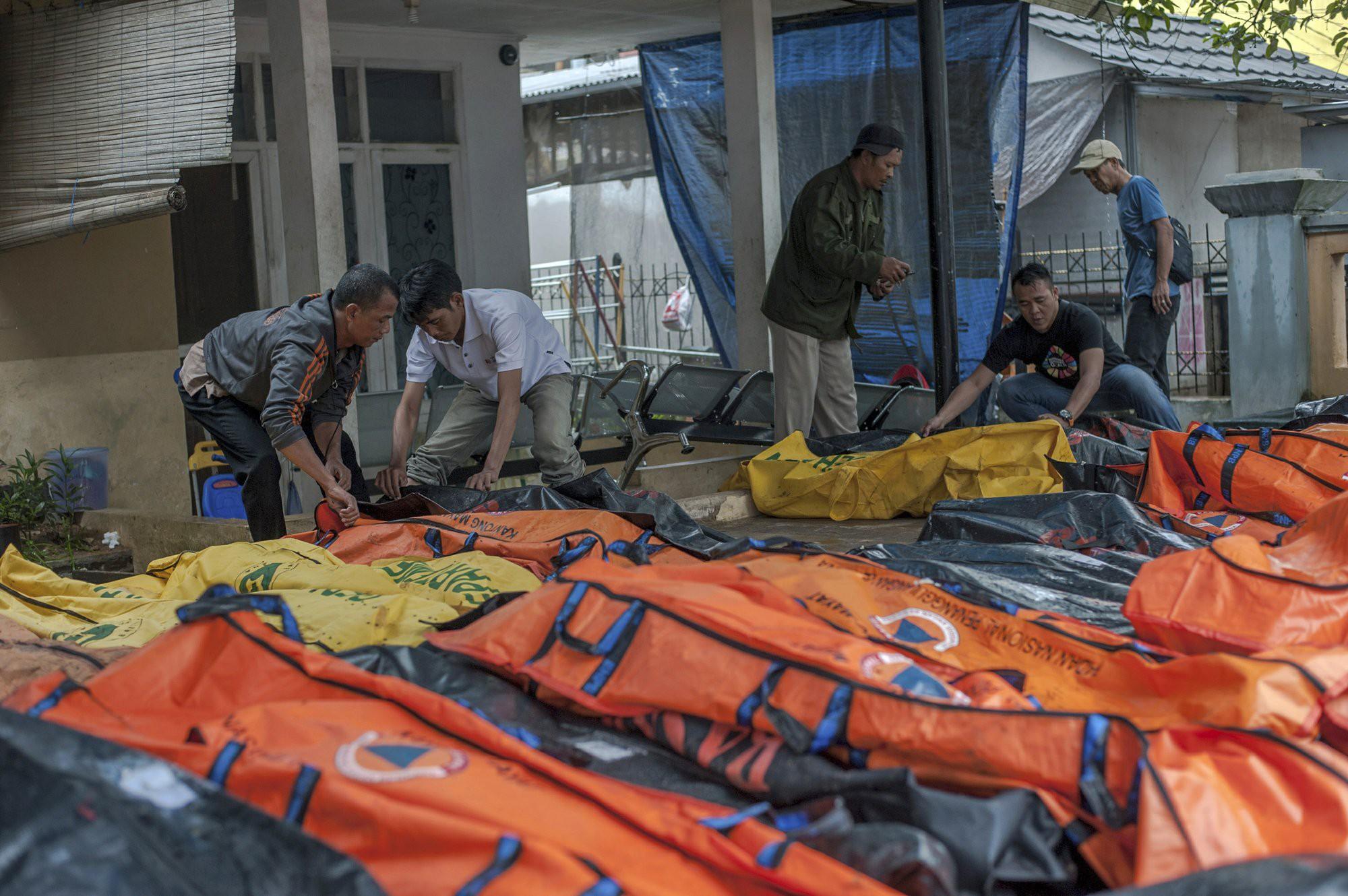 Indonesia một ngày chìm trong đau thương và nước mắt: Người dân đau đáu đi tìm người thân thích - Ảnh 8.