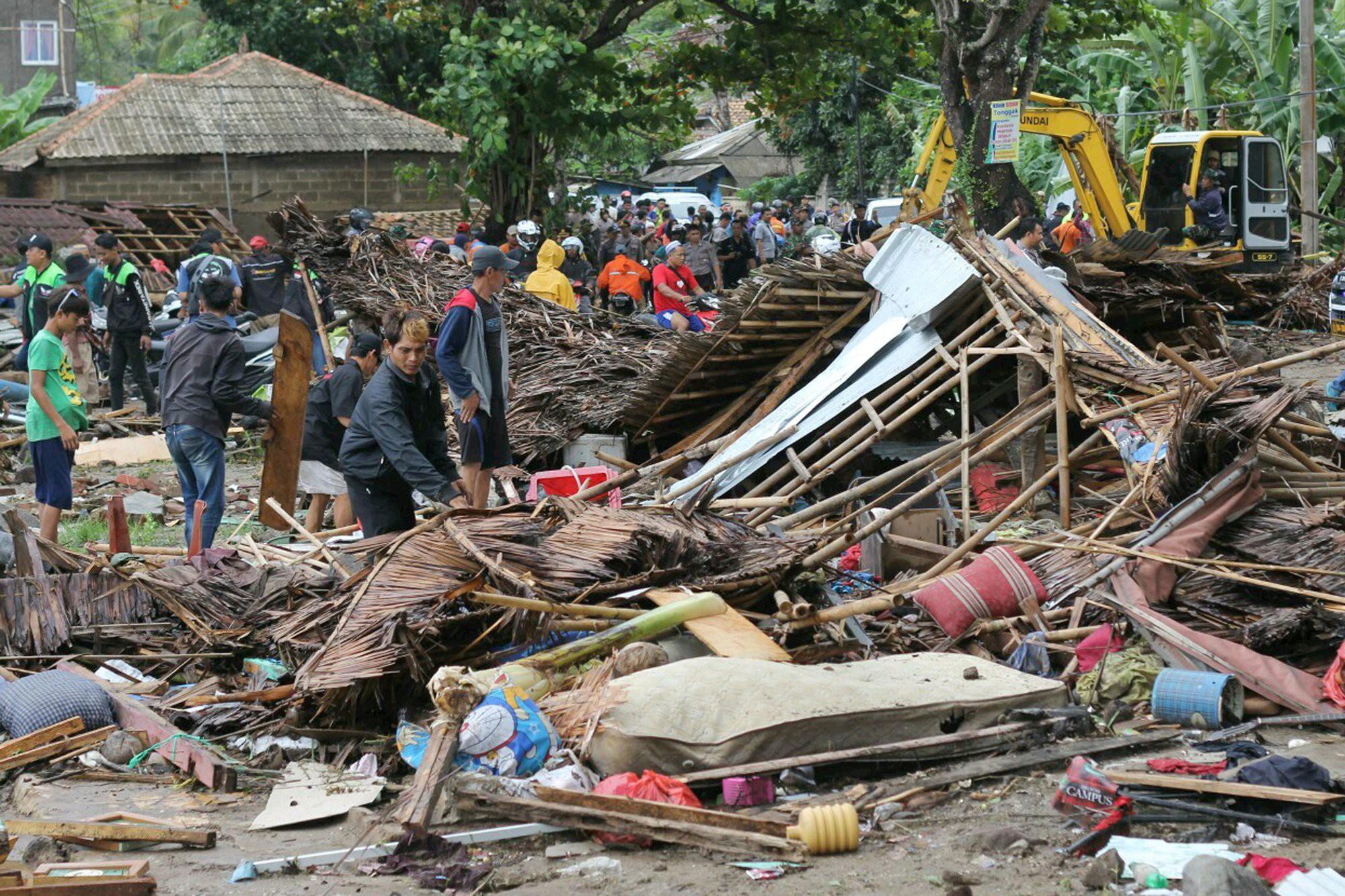 Indonesia một ngày chìm trong đau thương và nước mắt: Người dân đau đáu đi tìm người thân thích - Ảnh 11.