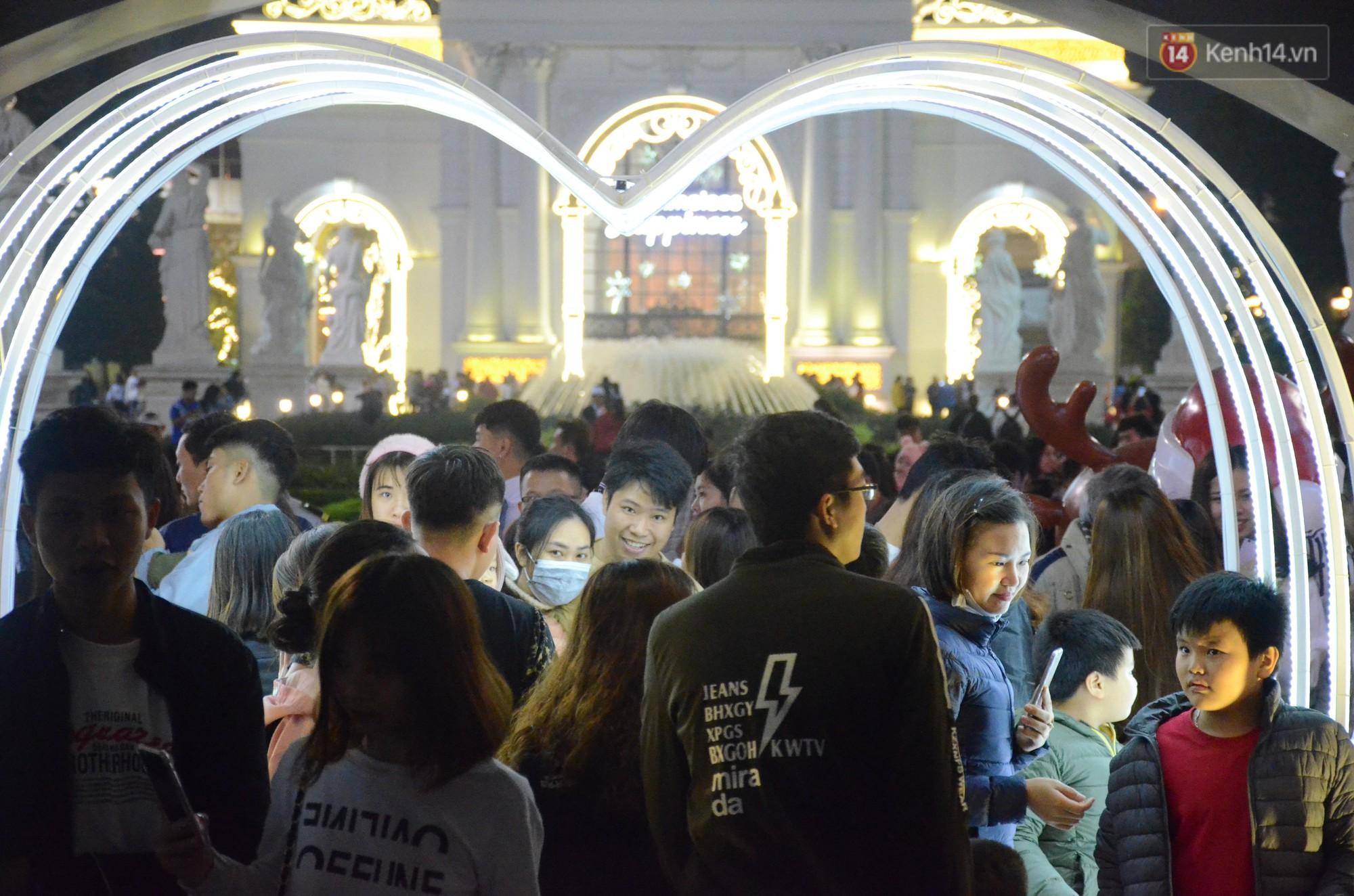 Người dân Hà Nội, Sài Gòn và Đà Nẵng nô nức xuống đường, khắp phố phường khoác lên mình tấm áo Giáng sinh đầy màu sắc - Ảnh 2.