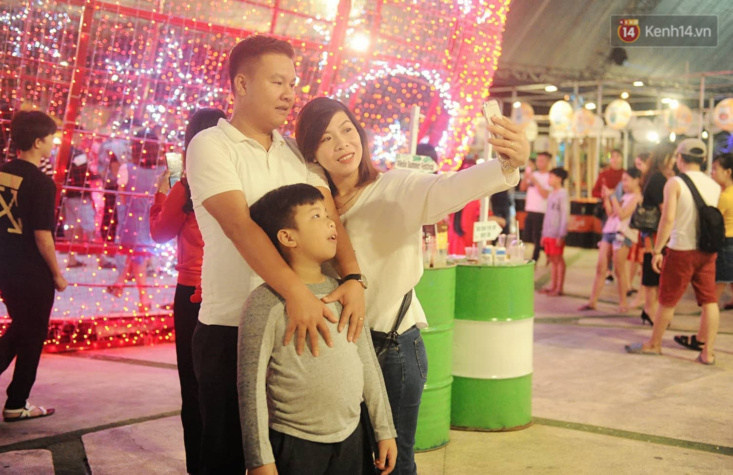 Người dân Hà Nội, Sài Gòn và Đà Nẵng nô nức xuống đường, khắp phố phường khoác lên mình tấm áo Giáng sinh đầy màu sắc - Ảnh 15.
