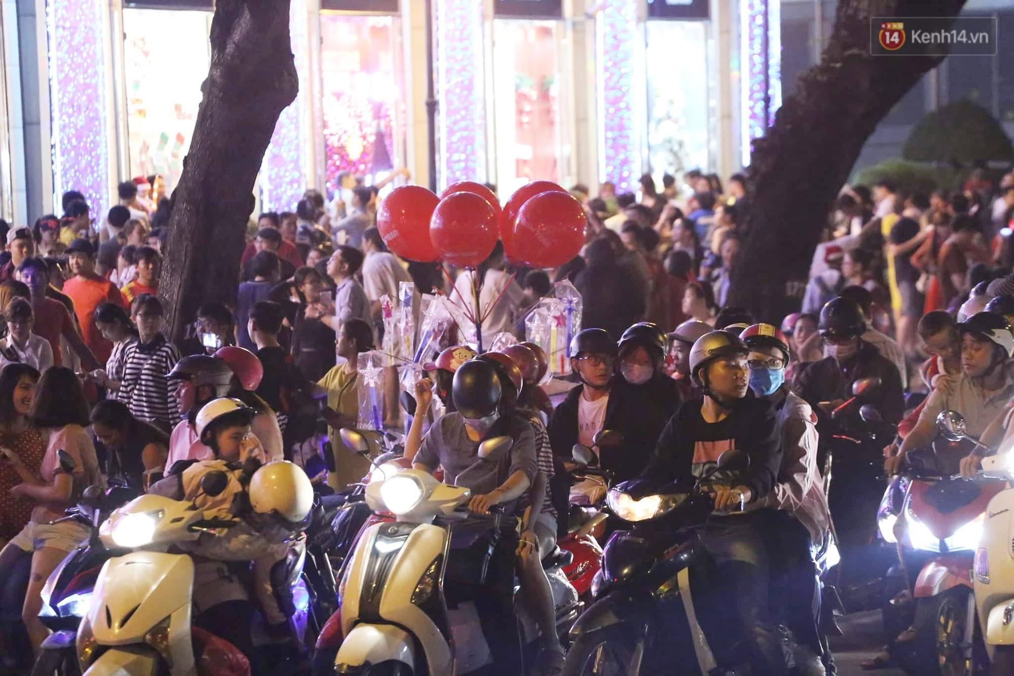 Người dân Hà Nội, Sài Gòn và Đà Nẵng nô nức xuống đường, khắp phố phường khoác lên mình tấm áo Giáng sinh đầy màu sắc - Ảnh 7.
