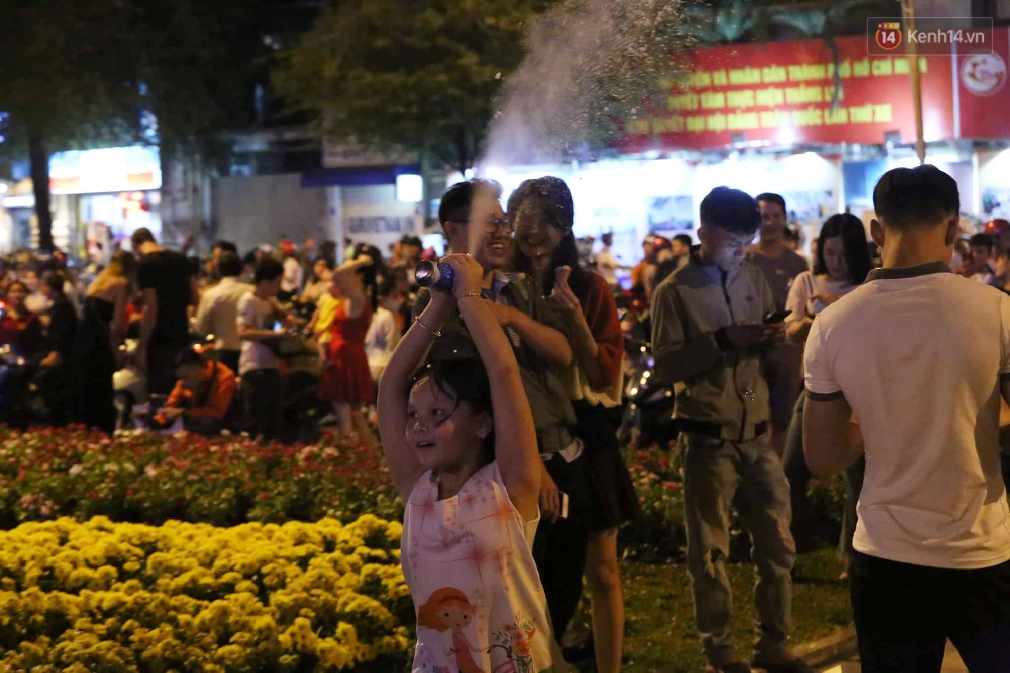 Người dân Hà Nội, Sài Gòn và Đà Nẵng nô nức xuống đường, khắp phố phường khoác lên mình tấm áo Giáng sinh đầy màu sắc - Ảnh 10.