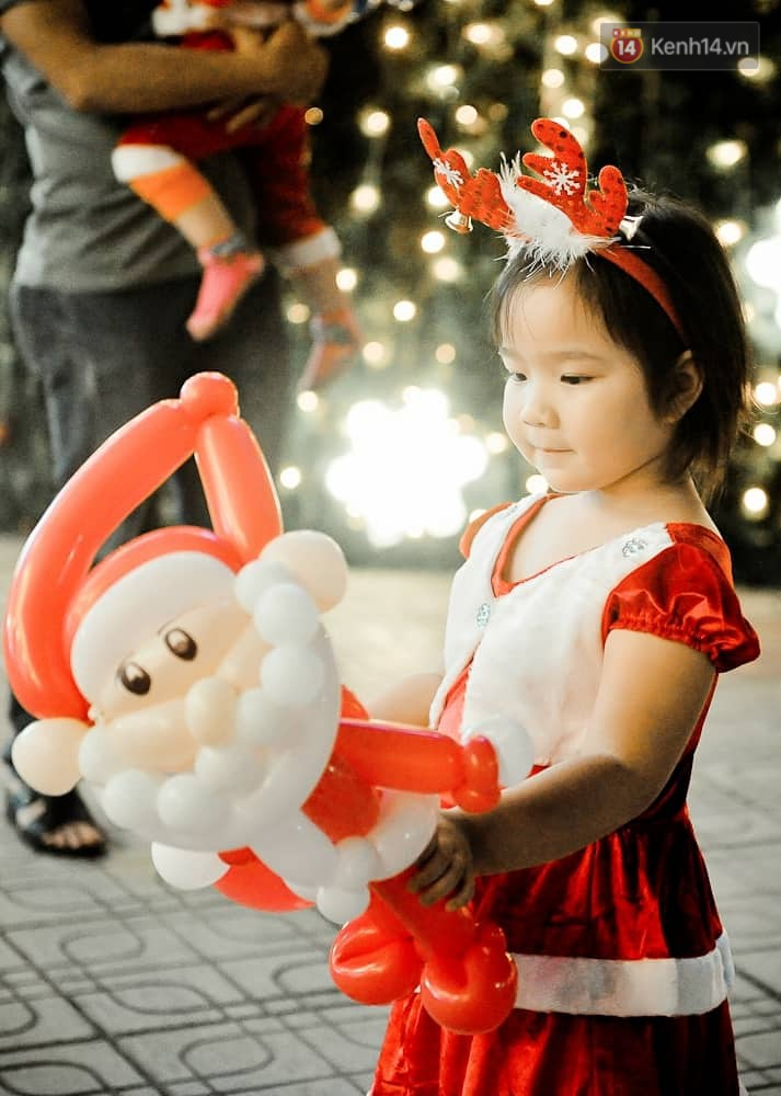 Người dân Hà Nội, Sài Gòn và Đà Nẵng nô nức xuống đường, khắp phố phường khoác lên mình tấm áo Giáng sinh đầy màu sắc - Ảnh 17.